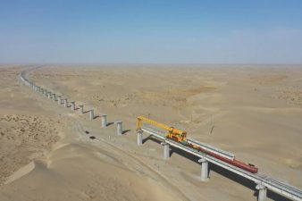 Construction of railway bridge in China's largest desert to be completed